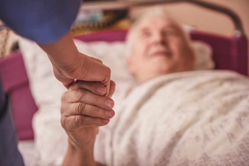 Opieka nad chorym w domu a łóżko rehabilitacyjne – opłaca się kupić, czy lepiej wynająć?
